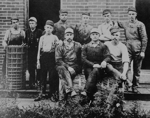 Red_Brand_Fence_historical_workers_group_photo